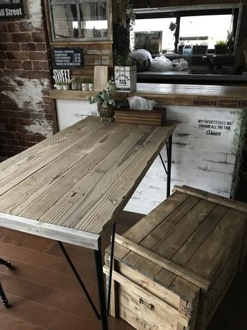 味のある古材を使ったダイニングテーブルです。 サイズを決めたら、しっかりとサンド掛けし、表面を滑らかに整えておきましょう。  塗料を塗り、乾いたら組み立てます。