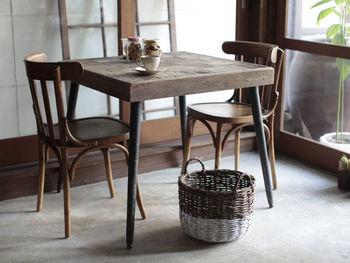1つ1つ表情の異なる天板が魅力の、ヴィンテージ感溢れる80センチのテーブル。正方形のテーブルは、1人〜2人暮らしにぴったり。