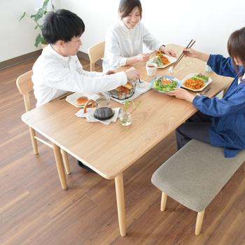 マットなウレタン塗装で美しい木目を生かしたSIEVEのダイニングテーブル。お手入れが簡単で安全性も高いというテーブルは、子どものいる家庭にもぴったりですね。