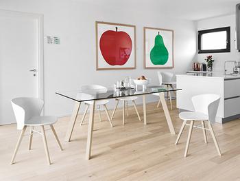 モダンインテリアに合わせたいガラス天板のテーブル。ですが、脚にビーチ(ナラ)材を使用し、メタルのパーツも組み合わせていることでナチュラルやポップなど、どんなインテリアにも馴染みます。