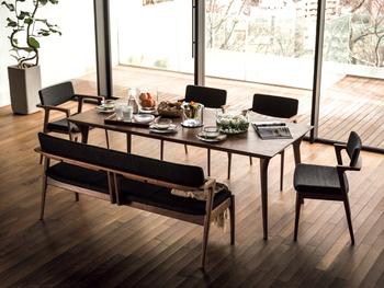 大きな天板だからこそ、細く華奢な脚と組み合わせて上品に。センス溢れるテーブルは、大人の余裕のあるインテリアに格上げしてくれるはず。