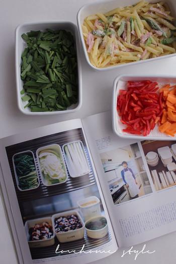 においや色が移りにくく酸にもアルカリにも強い琺瑯は食品の保存容器に最適な素材。作り置きおかずはもちろんのこと、カット野菜の保存もおすすめです。また、白い琺瑯は、中の食材を美しく見せてくれる上に、冷蔵庫へ収納しても、シンプルで美しい空間を作り出します。