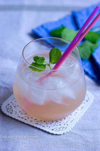 より手軽に取り入れたいなら、飲み物に使うのがおすすめです。リンゴ酢と合わせることで、梅干しの味を和らげて飲みやすくなっています。夏バテ防止や疲労回復にどうぞ!