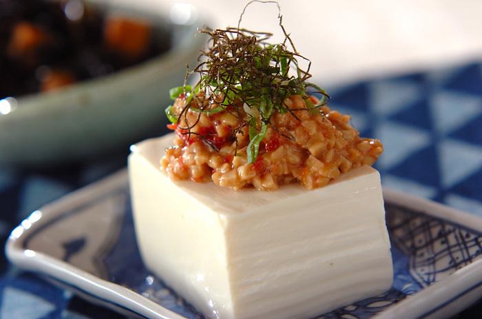 納豆とたたき梅を合わせた、あっという間に作れる簡単副菜レシピです。納豆はアルコールの分解を助ける効果が期待できるので、二日酔い防止にぴったり!お酒を飲む前に食べておきたい一品です。
