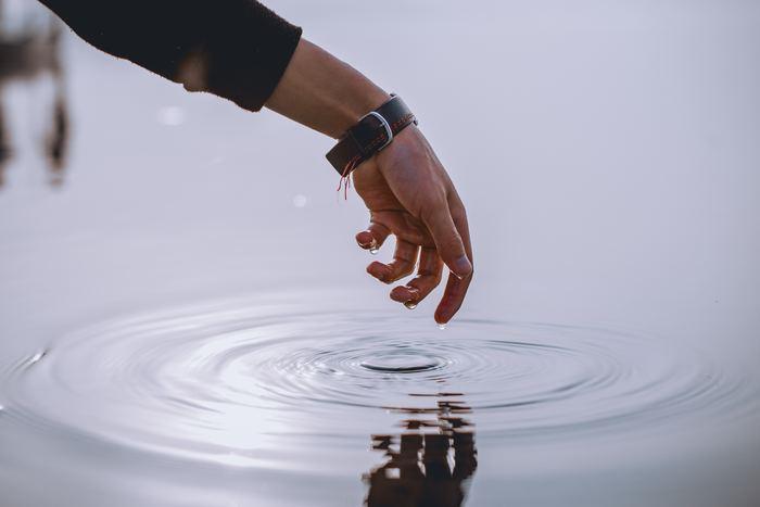"""柔軟性のある体はケガをしにくく、腰痛や肩こりとも無縁です。心も同様で、凝り固まった考え方にとらわれていると、傷つきやすかったり回復が遅かったりするもの。しなやかに生きるためには、心の柔軟性を高める""""スキルアップ""""が必要不可欠なのです。"""