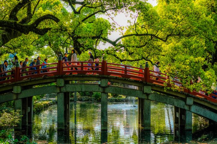 太宰府市にある「太宰府天満宮」は、年間1000万人が全国から参拝に訪れる神社。天神駅からは電車で20分程度で訪れることができ、学問の神様といわれる菅原道真が天神様として祀られています。駅前や参道にたくさんのお店が並ぶ、名物「梅が枝餅」はぜひ食べてみたいスイーツです。