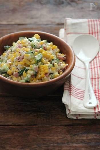 夏に旬を迎えるトウモロコシを使ったサラダ。甘いトウモロコシがマヨネーズとヨーグルトの酸味とマッチします。トウモロコシと同じサイズに野菜を刻むのがポイントです。