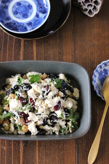 こちらのサラダは、包丁も加熱調理もいらない楽チンな手順が魅力。海苔や大葉は手でちぎって混ぜます。ミックスビーンズやしらす、豆腐が入って栄養もばっちりな一品。