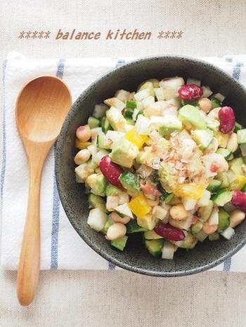 梅肉とかつおを和えた和風味のチョップドサラダ。和食に合わせたいサラダが欲しい時におすすめです。シャキシャキの野菜に豆も入って食べ応え◎疲れた体にもよさそうです。