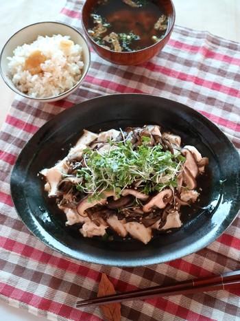 ホットサラダの定番食材きのこを使ったレシピです。豆腐の上にごま油で炒めた舞茸と椎茸をたっぷりかけていただきます。食べ応えもあるので、ランチにもおすすめですよ。