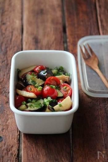 トマトやナス、エリンギの食感が楽しいマリネサラダ。ごま油や鶏がらスープの素を使った中華風味です。ショウガやネギ、ゴマの薬味もアクセントになって食欲の進む一品に。
