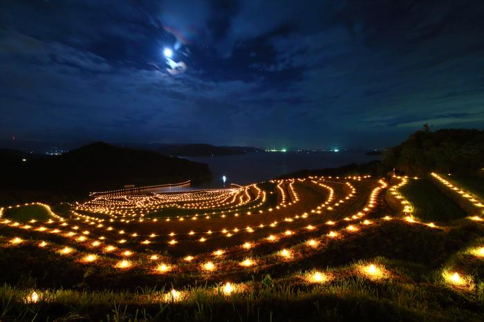土屋棚田では、毎年9月に「土屋棚田の火祭り」が開催されます。棚田の畔には、火が灯された無数の灯籠が一斉に光を放ち、幻想的な光景が広がります。