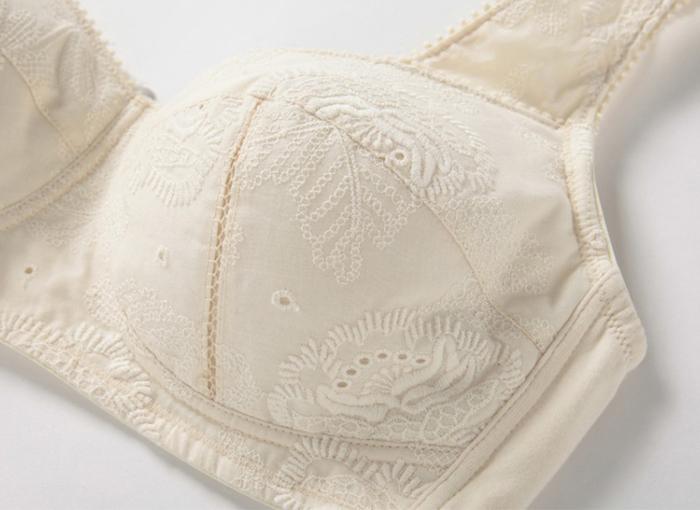 縫製糸・刺繍糸・ストラップなど、全てがオーガニックコットン。表は素敵な花刺繍のレース生地、裏は肌触りが優しい天竺素材になっています。ボリュームのある胸に優しいブラジャーです。