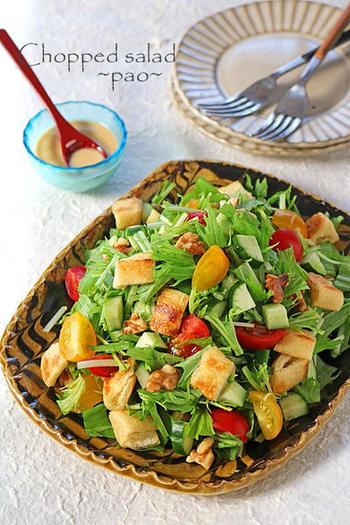 具材を細かく切って合わせるチョップドサラダ。彩りも美しく、女性に人気ですね。こちらのサラダは、カリッと焼いた油揚げが、まるでクルトンのよう。サクサク&シャキシャキ、いろんな食感や味が楽しめます。