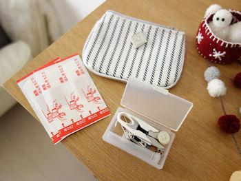 無印良品の「携帯用ソーイングセット」は、お値段もリーズナブルで、デザインも無印良品らしくとってもシンプル。薄型なので、バッグの中でもかさばりません。 セット内容は、針、針ケース、糸通し、安全ピン、糸切りバサミ、糸。 最低限の基本の裁縫道具が詰まっているので、いざという時の頼れるパートナーに…。