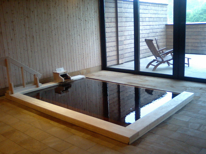 やさしいお湯を、さらにやわらかくする秋田檜を使った檜風呂。湯気といっしょに立ち上る香りも楽しんで。館内では、100%オーガニックオイルを使用したアロマテラピーのサービスもあります。