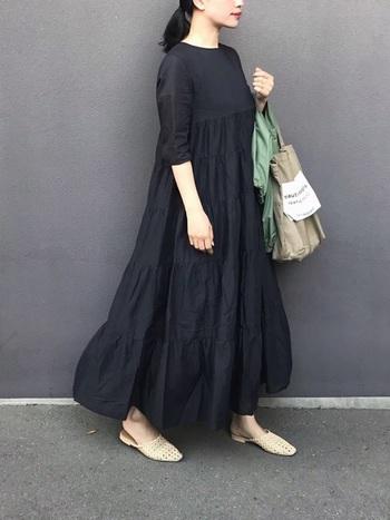 狭めの首元と五分袖のシンプルなブラックのワンピース。ぺたんこのメッシュスリッパとトートバッグをアースカラーで合わせることで、カジュアル感のあるラフな着こなしに♪