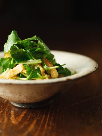 三つ葉の香りと油揚げの香ばしさがたまらないシンプルなサラダです。カリッと焼いた油揚げにポン酢がしみたさっぱり爽やかな副菜ですよ。