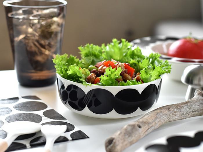 サラダはこの器、とついつい決めてしまいがちですが、いつもは選ばないような器やお皿に盛り付けるだけで、同じサラダでもぐっと新鮮味が生まれます。