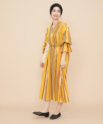 印象的なワンピースと個性的なメッシュのシューズで、夏らしい遊び心のある着こなしは、休日気分を盛り上げてくれます。