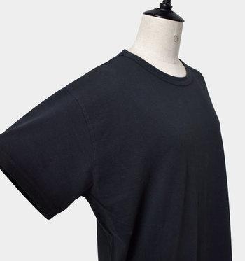 肩はトレンドを押さえたドロップショルダー。袖口も広く十分なゆとりがあります。