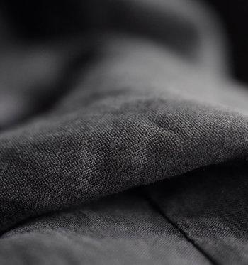 素材はフランス産の上質リネン。夏の装いをエレガントに引き立てるシャリ感と上品な光沢感を堪能できます。