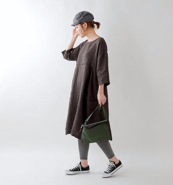 デザインがシンプルなのでコーディネートは無限大。レディなバッグ&シューズでシックに着てもよし、キャップやスニーカーを合わせてスポーティーに味つけするもよし。思い切ってボリューミーなボトムを重ねてみるもの素敵です!