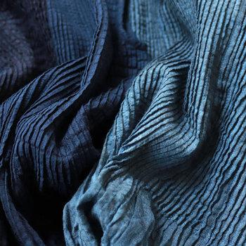 これからの季節にぴったりな藍色にもご注目!カジュアル派には明るめのインディゴが、大人っぽい着こなしがお好きな方には暗めのインディゴがおすすめです。