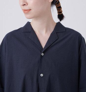 輪郭をすっきりと見せる小さめの襟。胸元には控えめに輝くボタンが2つついています。