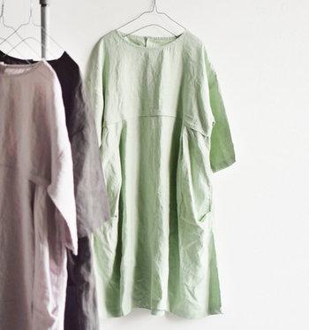 一枚で装いが完成するワンピース。ショップにはいろいろなデザインが並んでいるけれど、これからの汗ばむ季節には、全身に風を通してくれるゆったりタイプが欲しくなってきますよね。  そこで今回は、初夏〜真夏におすすめの快適ワンピースをご紹介。ついつい毎日着たくなる、上質&おしゃれな4枚をピックアップしました!