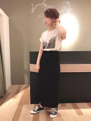 タイトなスカートと合わせてエレガントな大人のカジュアルスタイル。モノトーンのクールな着こなしも素敵です。