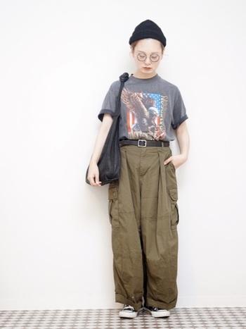 メンズライクなTシャツに、カーゴパンツを合わせたボーイズスタイル。無骨さのあるアイテムも女性が着ることで、華奢さが際立ち可愛い雰囲気のコーデに。