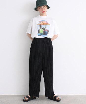 アーティストのような着こなしがカッコイイ。バケツハットとワイドパンツでラフなスタイルもおすすめです。