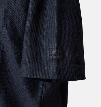 二の腕まわりを隠してくれる五分袖。左の袖口にはさり気なく刺繍ロゴが入っています。