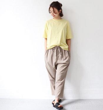 ラフに偏りがちなTシャツスタイルは、一歩間違えるとだらしない印象になることも…。できるだけ爽やかな配色を意識して、色で清潔感を出していきましょう。薄めのイエロー&ベージュなら上品さも◎。