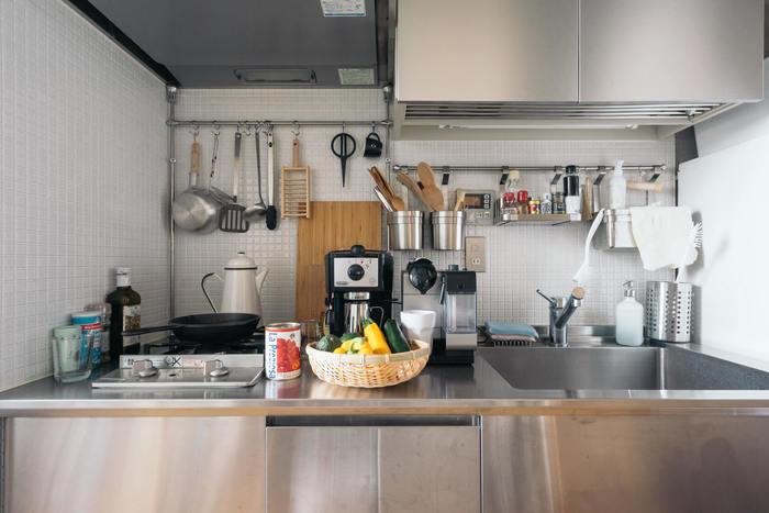 キッチンに置くアイテムを買い揃える時、あらかじめデザインのテイストを絞って集めるようにすると、たくさん並べてもごちゃついた印象になりません。ステンレス製のこちらのキッチンでは、見えるところに出ているキッチンツールはほとんどがシルバーやモノクロ、木製のもので揃えられていて、すっきりとカッコいい雰囲気に。