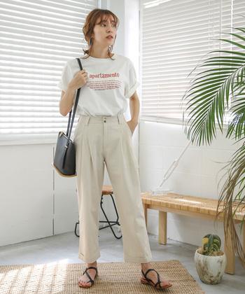 リラクシングなイメージが強いTシャツは、レディ度高めの小物で女性らしく。かっちりバッグを肩から提げるだけで、コーディネート全体もピリッと引き締まります。