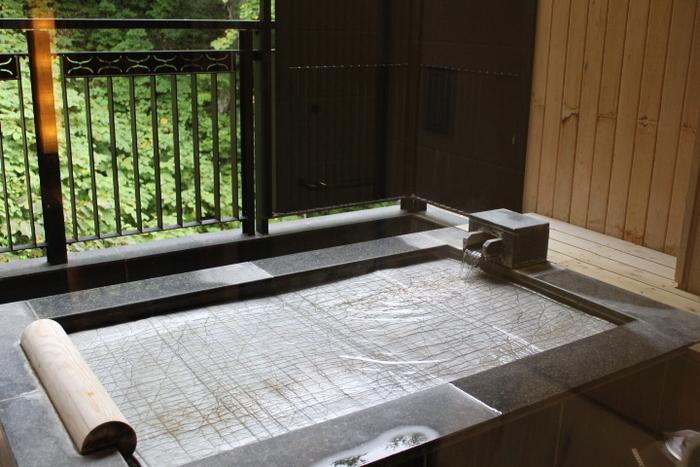 昔、アイヌの人々が道しるべのために木に昆布を巻きつけたことから名づけられたという昆布温泉。鉄分を多く含み、とろみをおびた茶褐色の湯は、柔らかく肌触りがいいのが特徴です。美白や保湿に効果があると言われている泉質で、人気が高まっています。  ♨ 泉質:ナトリウムー塩化物・炭酸水素温泉 ♨ 適応症:神経痛、リウマチ、婦人病、胃腸病など (美肌効果)