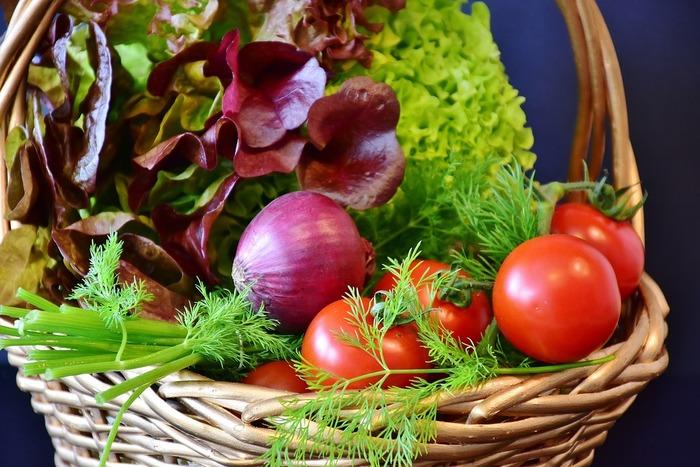 普段はあまり買わない野菜を取り入れてみると、マンネリを解消できそうです。紫キャベツやビーツ、ラディッシュなどのカラフルな野菜をたくさん取り入れると、見た目がパッと華やかになり食欲増進にもつながりますよ。