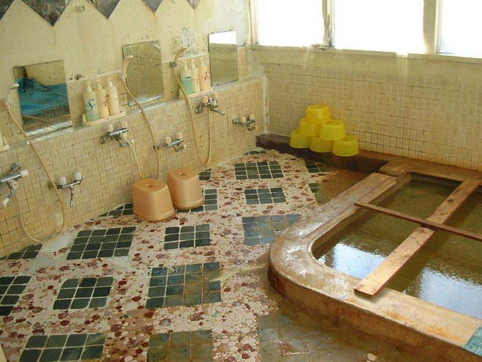昭和初期に開湯した温泉で、ガスといっしょに噴出すお湯のため、油の浮く珍しいお湯です。美肌効果のあるメタケイ酸、消毒効果のあるメタホウ酸、炎症をしずめる効果のあるマグネシウムが含まれている、まさに美人の湯です。  ♨ 泉質:含よう素-ナトリウム-塩化物温泉(弱アルカリ性高張性温泉)      含よう素-ナトリウム-塩化物・炭酸水素塩冷鉱泉(弱アルカリ性高張性冷鉱泉) ♨ 適応症:慢性皮膚病、きりきず、やけど、慢性婦人病など  (美肌効果)