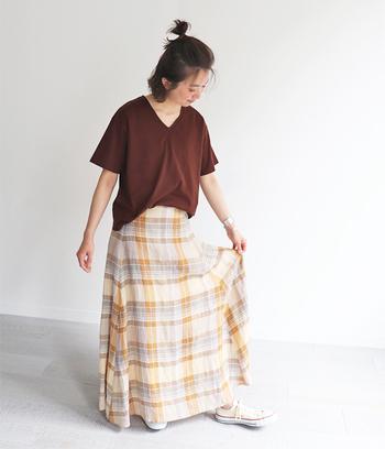 チェック柄のスカートが主役の甘過ぎないガーリーコーデ。ブラウンを基調にしているから大人感もばっちり!