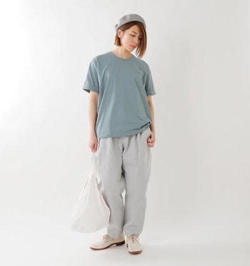 攻略が難しそうなメンズライクなセメントグレーのTシャツ。他のアイテムをホワイト系でまとめれば、女性らしい柔らかさを残したモードな着こなしに。