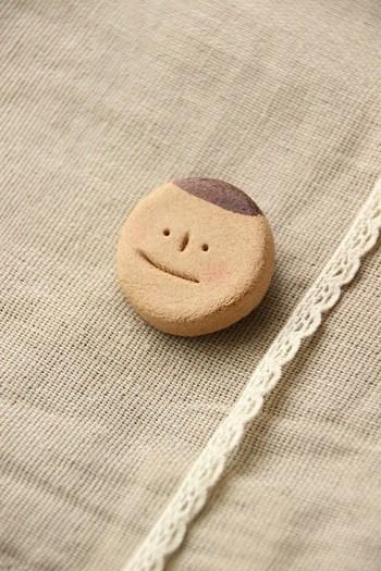 紙粘土で作るブローチは、温もりあふれる素敵なプレゼントに。木粉入りの紙粘土はお菓子のようなさっくり感。お友達の顔をブローチにすれば、きっと良い思い出になりますね。