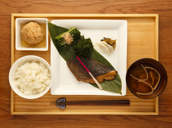 山形の食材を使ったカフェ兼定食屋というコンセプトで、ランチタイムにはヘルシーなランチ定食が人気です。ディナータイムにはお酒によく合うお料理も充実しています。