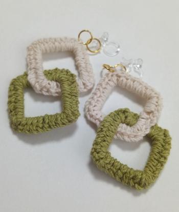 簡単な細編みだけで作れる、ふんわりニットのピアス。かぎ編み用のニットリングは四角以外にもさまざまな形が。贈る友達をイメージしてモチーフを選んでみて。