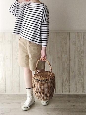 夏感満載のガーリーなかごバッグを投入。色を足したい場合は、スカーフやバンダナをハンドル部分にくるっと巻いて。