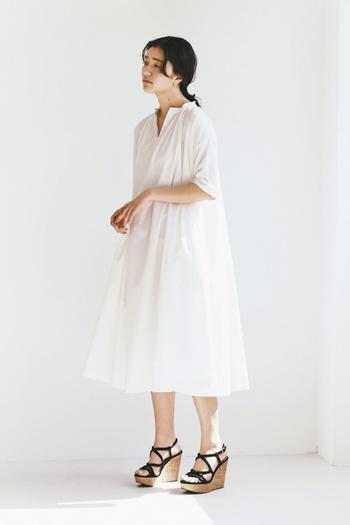 ホワイトワンピースは1枚着るだけで清潔感がアップし、顔周りもふわっと明るくしてくれる頼りになるアイテムです。
