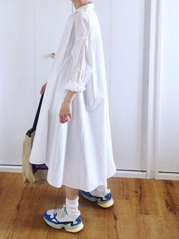 ホワイトワンピースは主役にもなりますが、バッグや靴などコーデのアクセントとなるアイテムをも引き立ててくれます。
