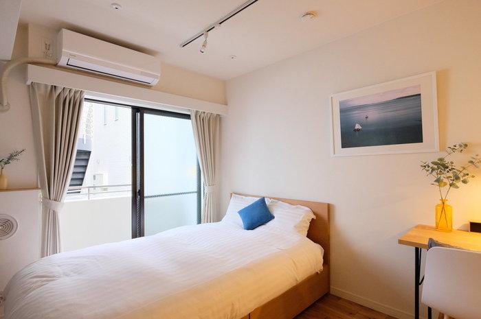 ベッドをベランダに対して平行に置くレイアウトは、お部屋が広く感じられ、家具の配置がしやすくなるため人気です。 ベランダへの出入りをスムーズにするために、ベッドとの間は最低でも横歩きしやすい300mmを確保するといいでしょう。