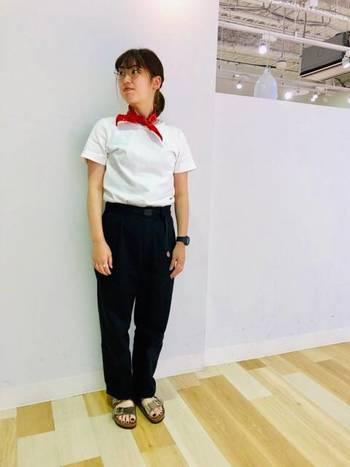 白Tシャツにデニムパンツを合わせたベーシックコーデは、首元に巻いた赤バンダナでアクセントをプラス。足元はメタリックカラーのサンダルで、デイリーコーデをおしゃれに格上げしています。